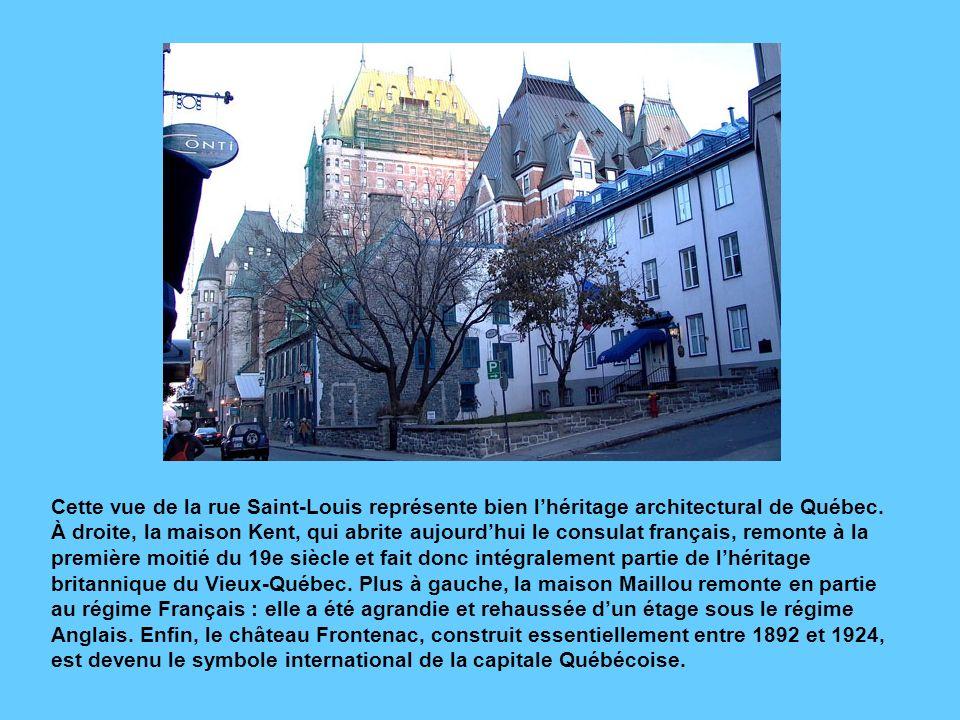 Ces armoiries se trouvent au-dessus de la porte principale du parlement de Québec. Elles y ont été installées en 1885 par larchitecte Eugène-Étienne T