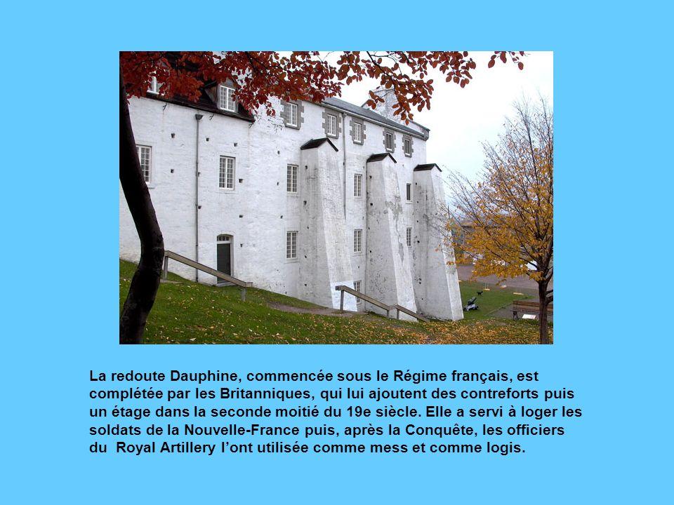 Vue des fortifications et de la porte Saint-Jean. Une partie des murs denceinte, dont celui-ci, remonte au Régime français. La porte Saint-Jean, dont