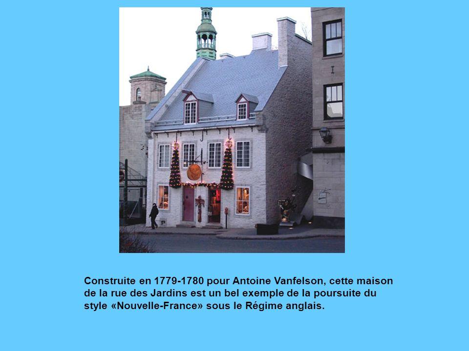 Cette double maison de la rue du Parloir a été construite en 1836 selon un plan de larchitecte Thomas Baillargé. Elle reproduit le style des maisons d