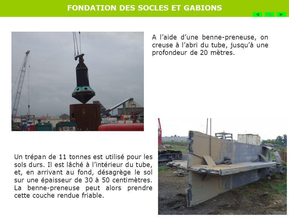 Les cages darmatures sont préparées sur la zone de préfabrication par une équipe de ferrailleurs.