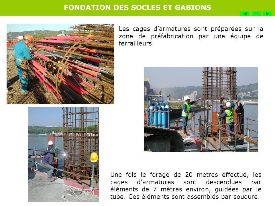 Les cages darmatures sont préparées sur la zone de préfabrication par une équipe de ferrailleurs. Une fois le forage de 20 mètres effectué, les cages
