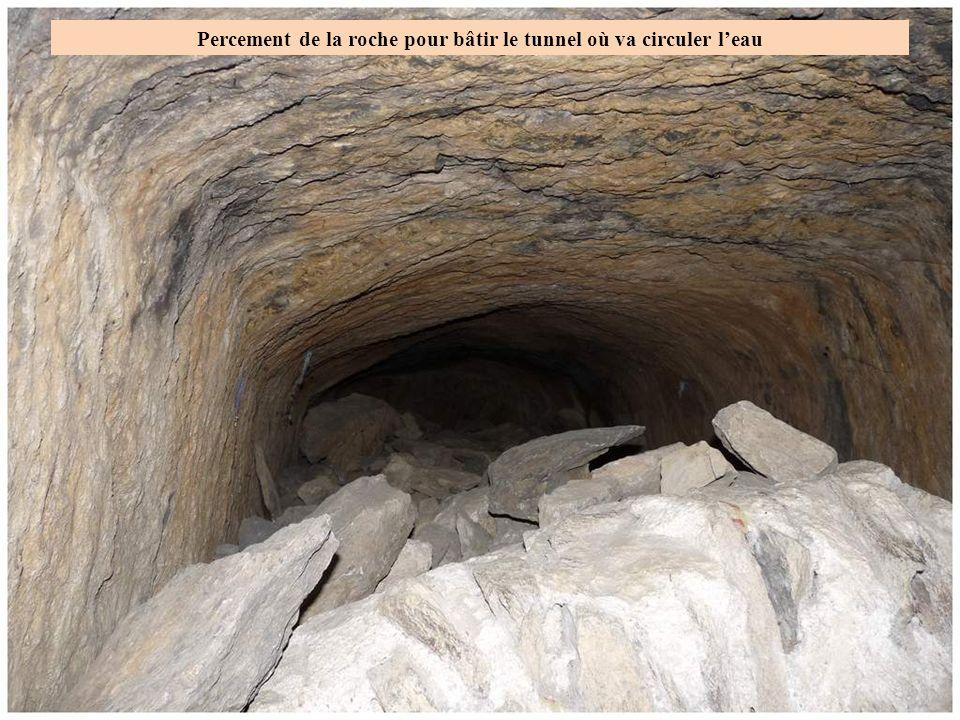 Les parois intérieures sont revêtues du fameux « ciment romain rosé » (en réalité : mortier de chaux, sable et fragments de briques) qui assurait léta