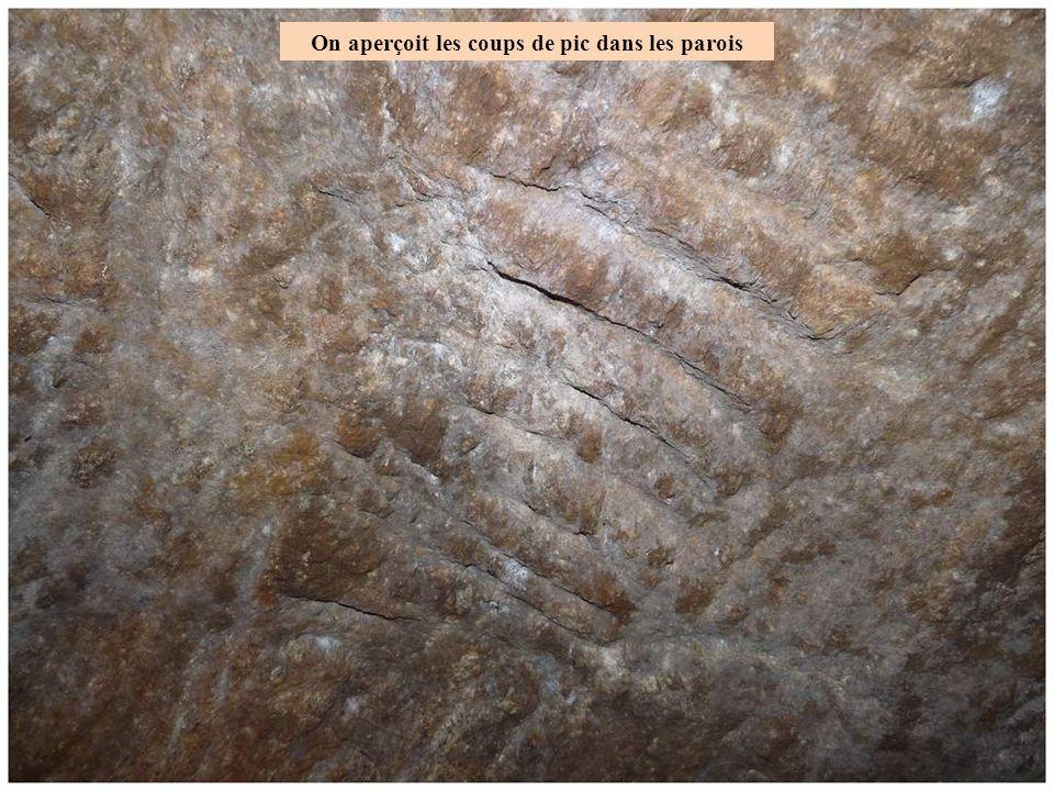On aperçoit les coups de pic dans les parois Dans cette partie 1,7 m de largeur pour 2 m de hauteur et 8 à 9 m de long