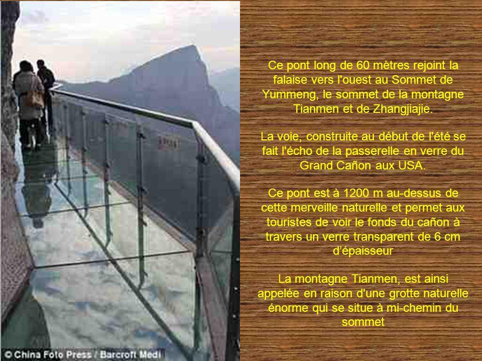 Ce pont long de 60 mètres rejoint la falaise vers l ouest au Sommet de Yummeng, le sommet de la montagne Tianmen et de Zhangjiajie.