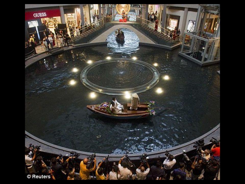 Le complexe possède un canal sur lequel des balades sont possible dans les sampans, des petites embarcations traditionnelles chinoises qui datent du 1