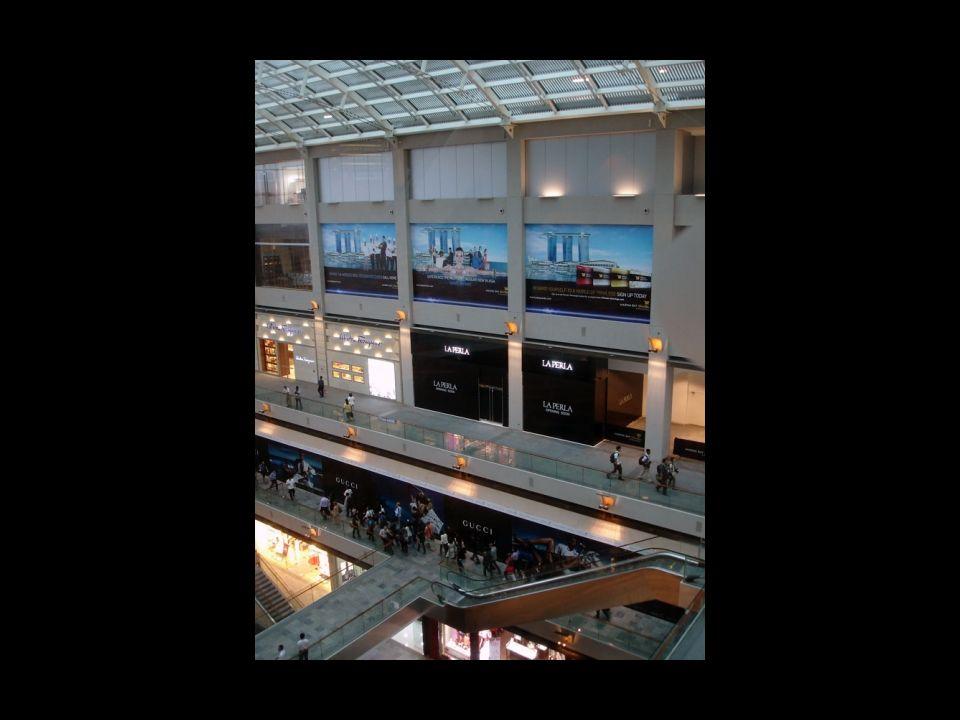 Avec 74 000 m² d'espaces commerciaux, l'établissement verra passer de nombreux touristes. L'objectif est de 70 000 par jour et de 18 millions de visit