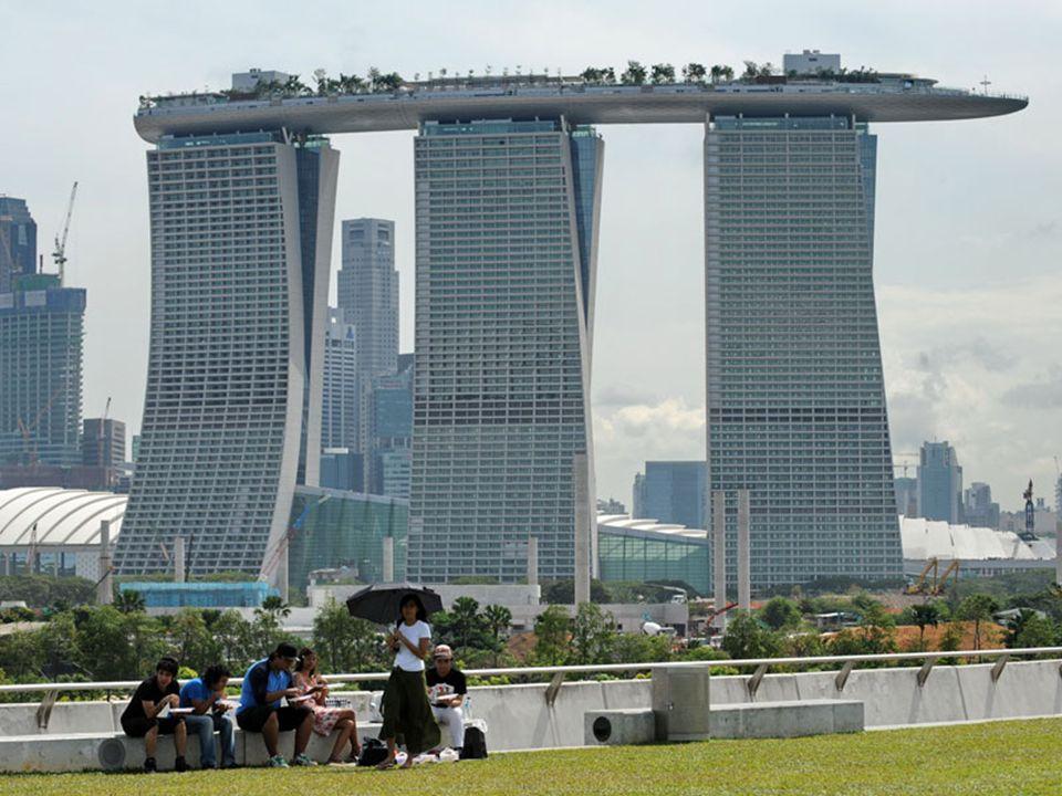 Le SkyPark comprendra également plusieurs restaurants et lounges comme le Marina Bay Club, au 57e étage. Il aura une capacité d'accueil de 3900 person