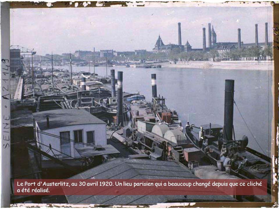 A l'angle du boulevard Raspail et de la rue du Montparnasse, de grandes affiches s'étalent au- dessus de ce commerce. Nous sommes le 22 juillet 1914.