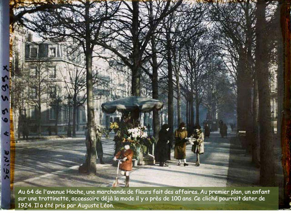 Un cliché du quai de Louvre pris le 19 mars 1920, avec ses tonneaux et ses charrettes sur le pavé. Aujourd'hui, il s'agit du quai François Mitterrand.