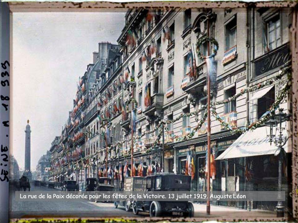 Canons pris aux Allemands exposés place de la Concorde, Statue de Lille et bureau de souscription. 14 novembre 1918. Auguste Léon