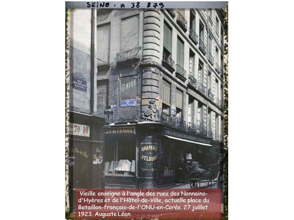 La rue de la Paix décorée pour les fêtes de la Victoire. 13 juillet 1919. Auguste Léon