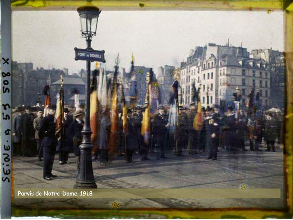 Vieille enseigne à l'angle des rues des Nonnains- d'Hyères et de l'Hôtel-de-Ville, actuelle place du Bataillon-français-de-l'ONU-en-Corée. 27 juillet