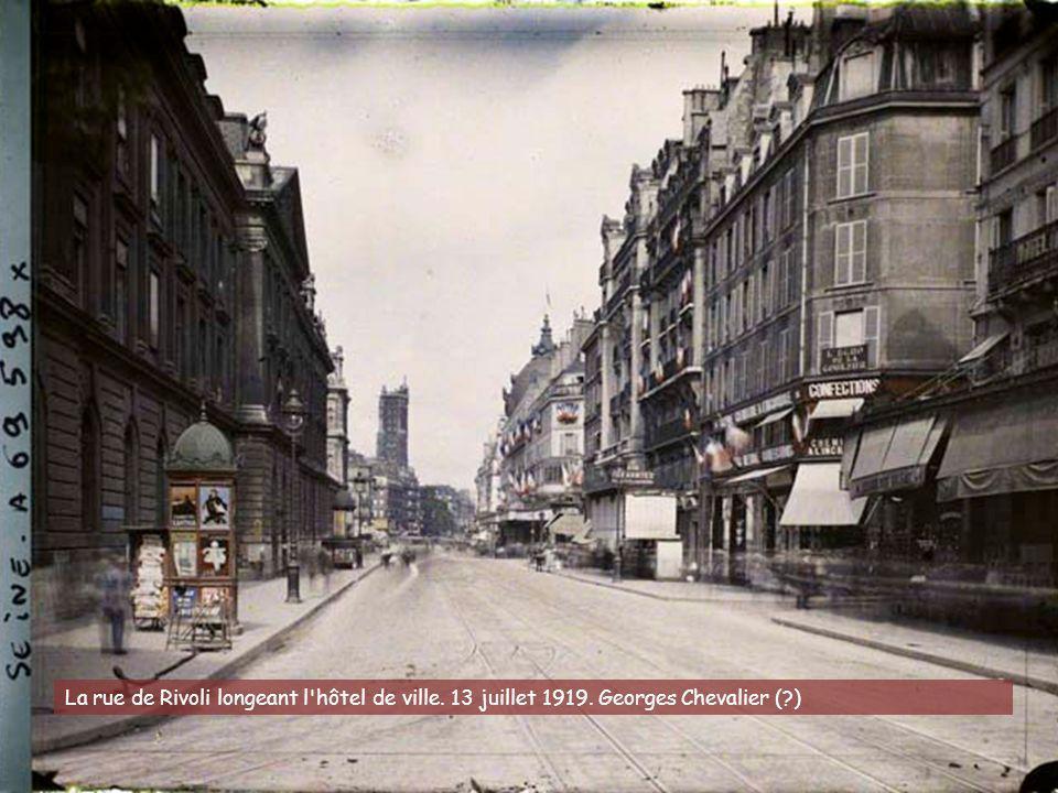 Des soldats lisant des affiches à la porte de Saint-Cloud, à l'occasion du 1er mai. 30 avril 1920. Frédéric Gadmer