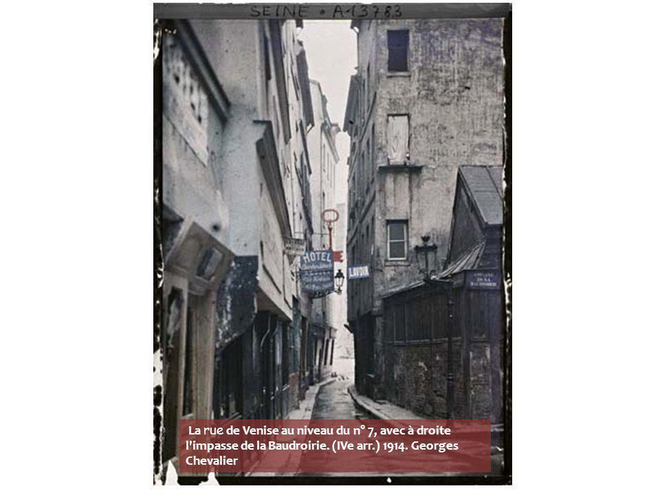 La rue du Haut-Pavé au carrefour des rues de la Bûcherie à droite, des Grands-Degrés à gauche et Frédéric-Sauton en face, en direction du Panthéon. (V