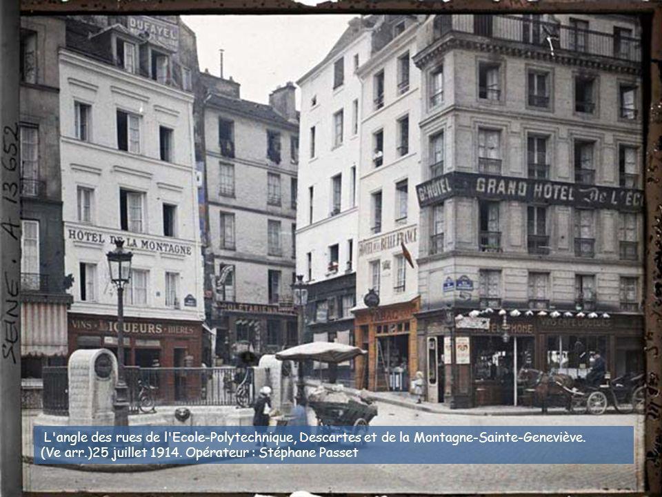 La rue de Venise au niveau du n° 7, avec à droite l'impasse de la Baudroirie. (IVe arr.) 1914. Georges Chevalier