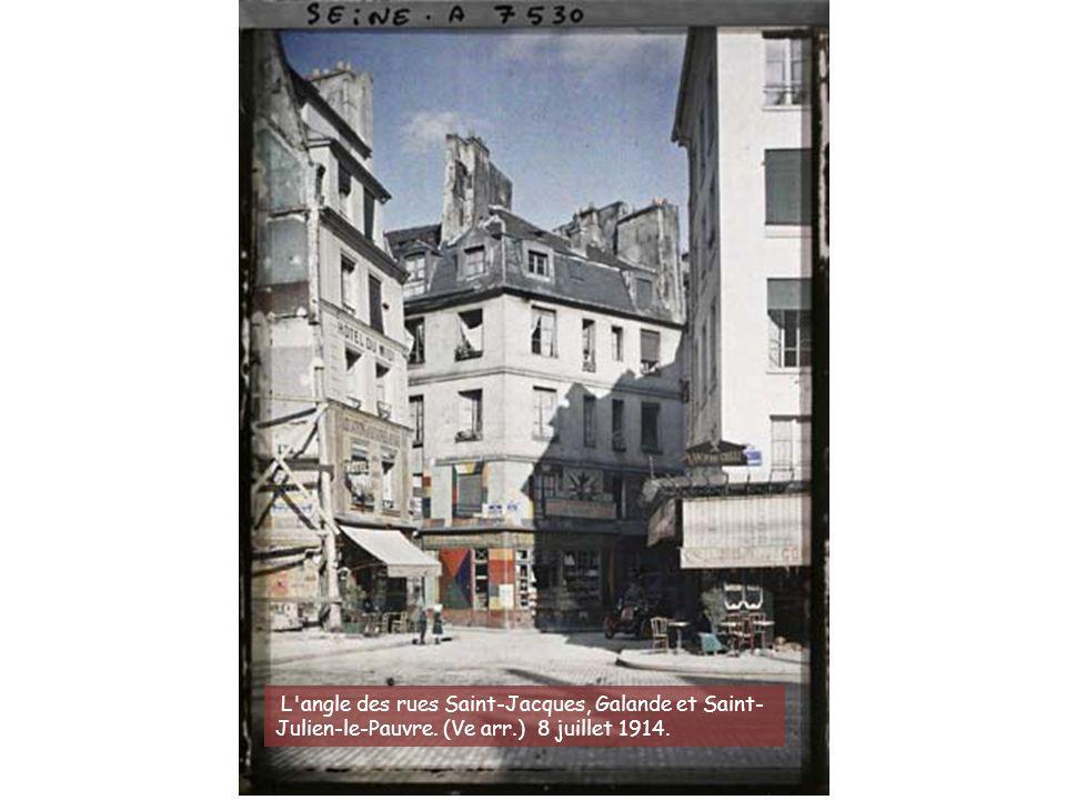 L'angle des rues de l'Ecole-Polytechnique, Descartes et de la Montagne-Sainte-Geneviève. (Ve arr.)25 juillet 1914. Opérateur : Stéphane Passet
