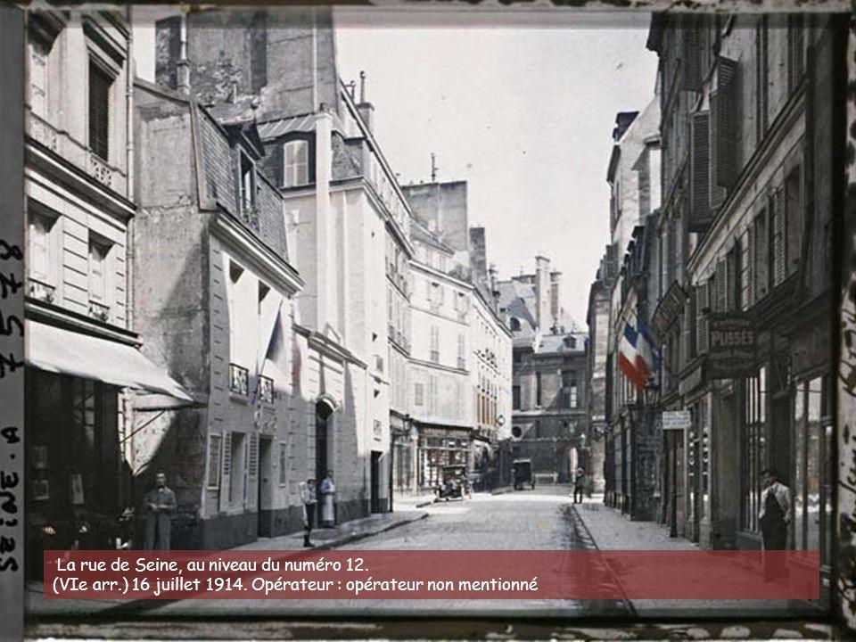 La rue Beaubourg, avec sur la gauche la rue de Venise et la rue des Etuves-Saint-Martin. (IVe arr.) 29 juin 1914. Opérateur : Stéphane Passet