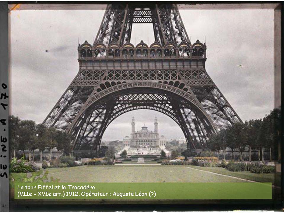 L'angle de la rue du Bac et du boulevard St-Germain. (VIIe arr.) 20 juillet 1914. Opérateur : Auguste Léon
