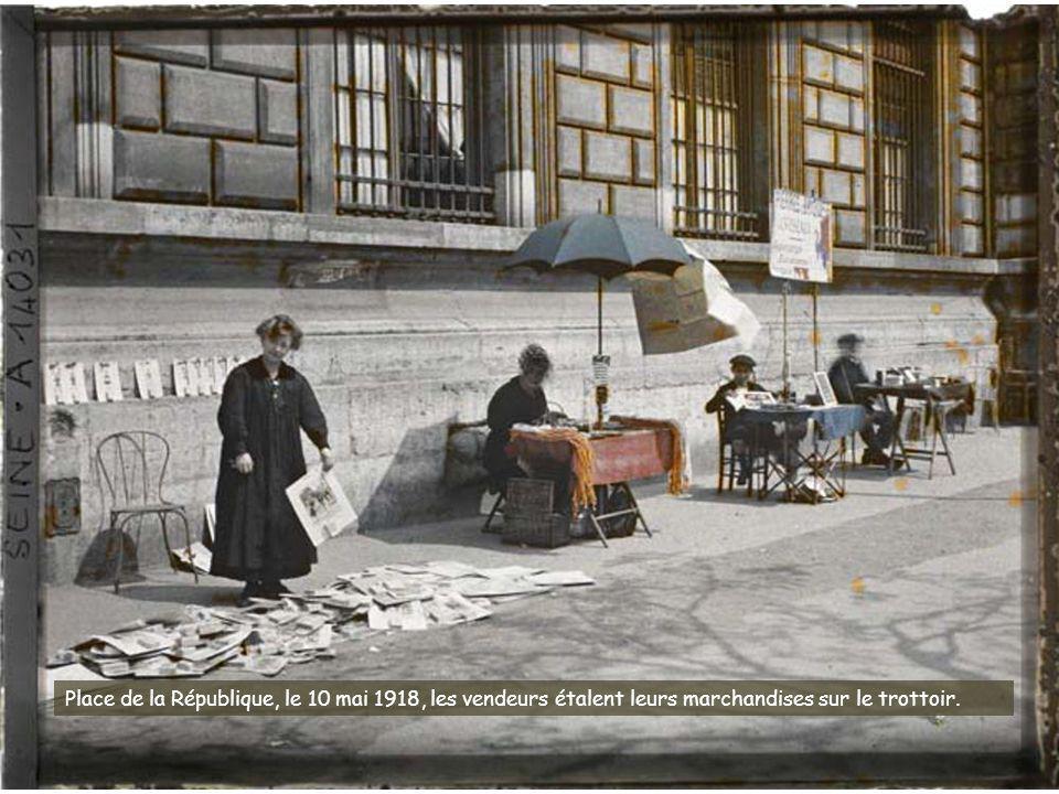 Canons pris aux Allemands exposés place de la Concorde, Statue de Lille et bureau de souscription.
