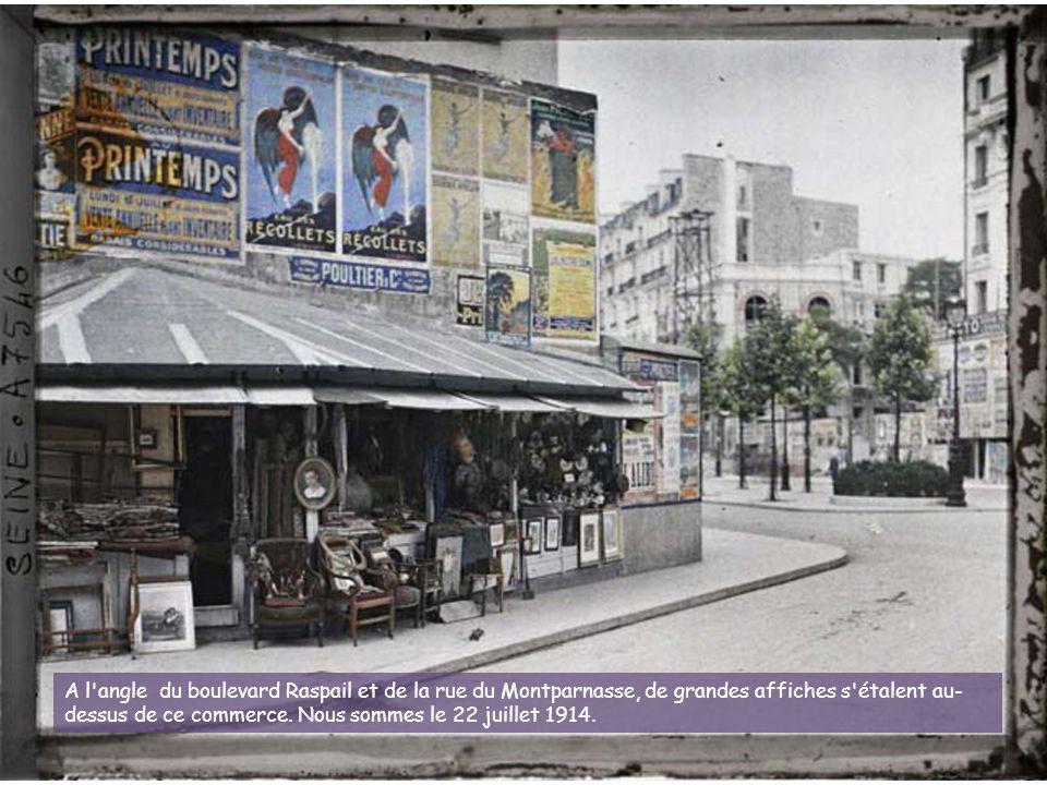 A l angle du boulevard Raspail et de la rue du Montparnasse, de grandes affiches s étalent au- dessus de ce commerce.