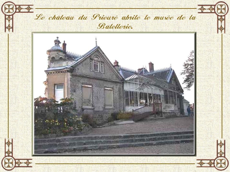La maison de quartier située dans la vieille ville. Dans langle de lédifice, une statue de Sainte Honorine veillant sur la place.