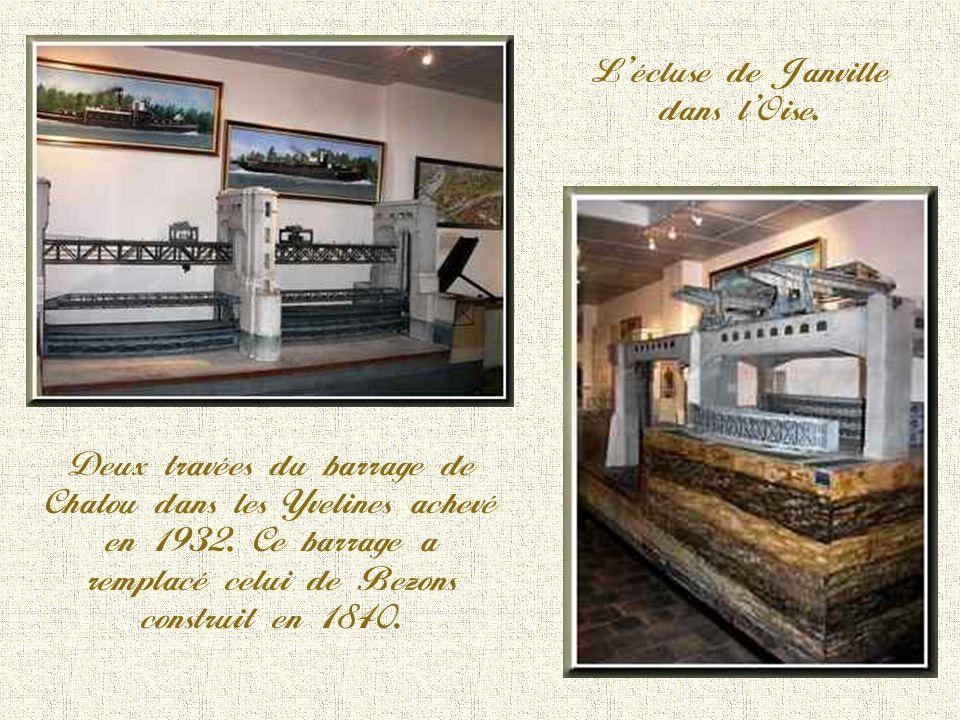 Parc du musée de la Batellerie qui est ouvert au public. La grille est celle de lentrée donnant dans la rue principale.