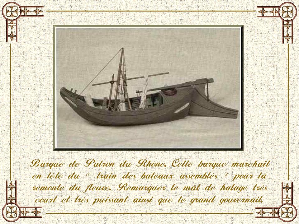 Ci-dessus, vitrine de chalands fabriqués vers 1930 en Europe. Ci-contre, un bateau à aubes.