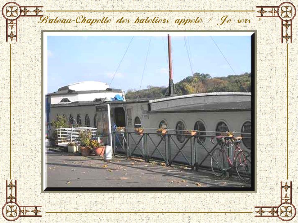 La bateau-chapelle est un chaland en ciment. Il fut construit en 1919 par lEtat pour pallier aux besoins de transport de charbon. Il fut exploité jusq
