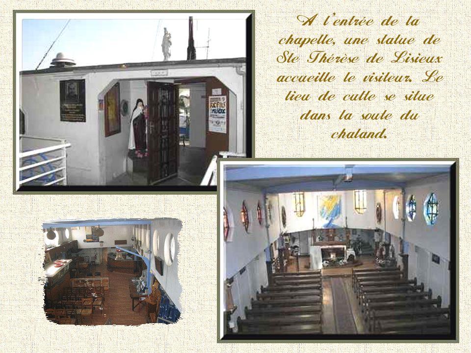 A lentrée de la chapelle, une statue de Ste Thérèse de Lisieux accueille le visiteur.