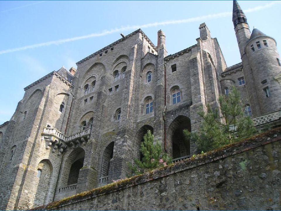 L abbaye de Solesmes se dresse fièrement au dessus de la Sarthe, à seulement 3 km de Sablé.