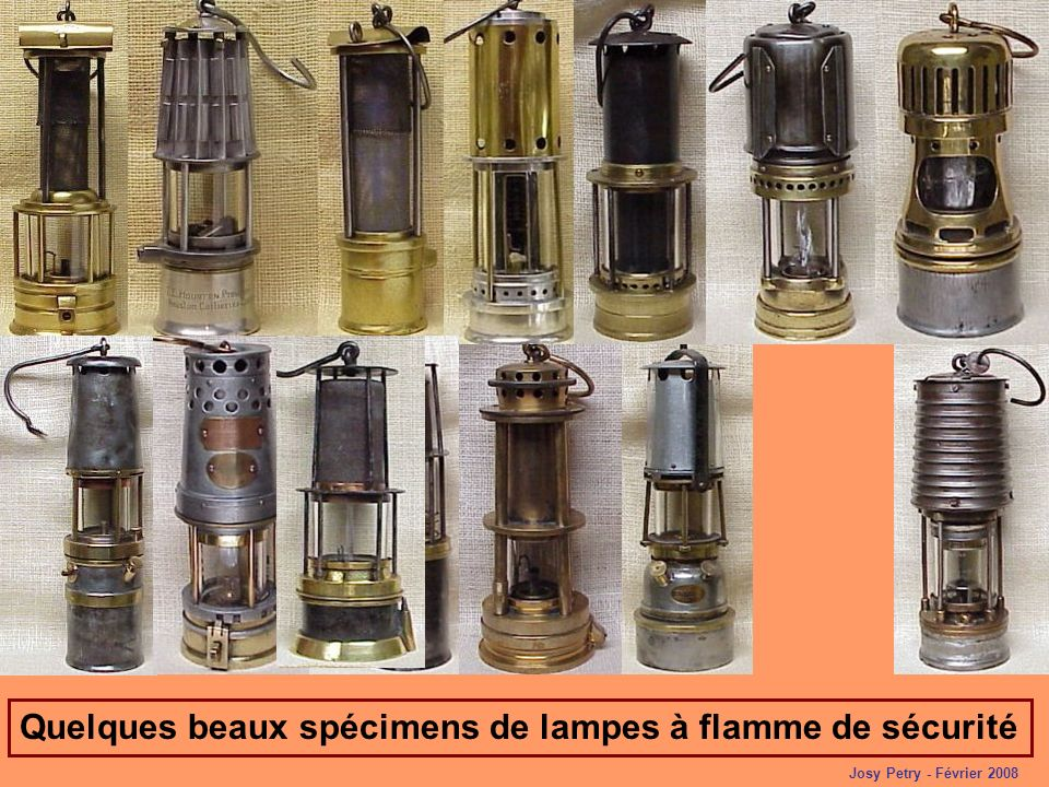 Préposé à la lampisterie du siège Simon à Forbach en train de déverrouiller une lampe à flamme avec un électro-aimant, le second vérifie si le verre « Baccarat » nest pas fissuré.