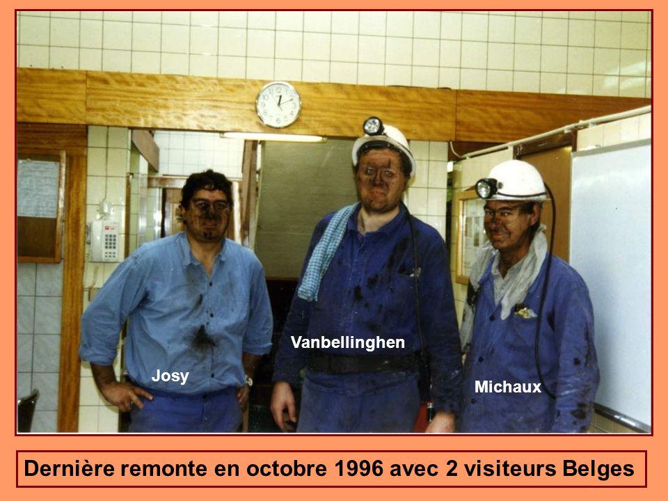 Le modeleur Belge Jean-Marie MICHAUX et lingénieur Belge Michel VANBELLINGHEN me remettent la tête de mineur en remerciement de leur visite au fond du