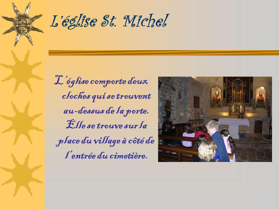 Léglise St. Michel Léglise comporte deux cloches qui se trouvent au-dessus de la porte.