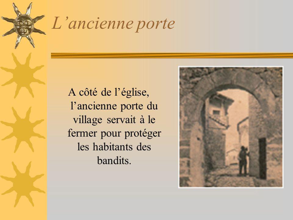 Lancienne porte A côté de léglise, lancienne porte du village servait à le fermer pour protéger les habitants des bandits.