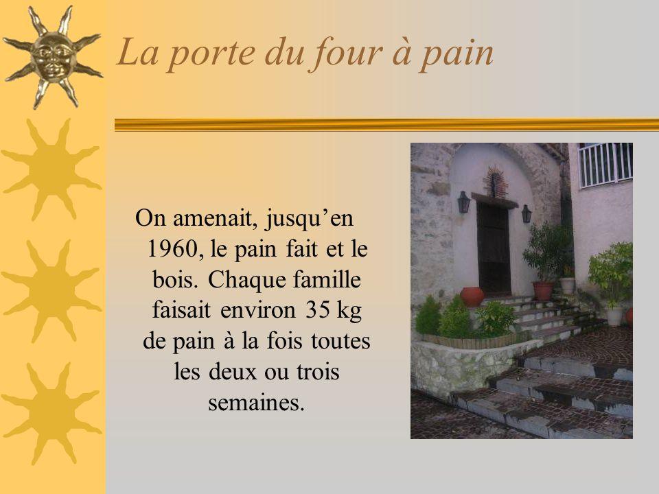 La porte du four à pain On amenait, jusquen 1960, le pain fait et le bois.