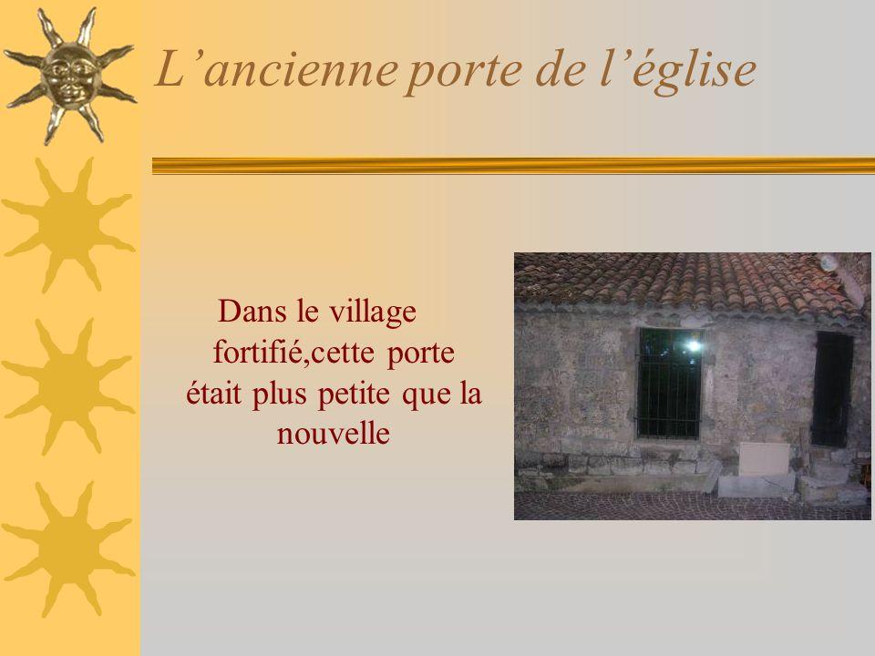 Lancienne porte de léglise Dans le village fortifié,cette porte était plus petite que la nouvelle