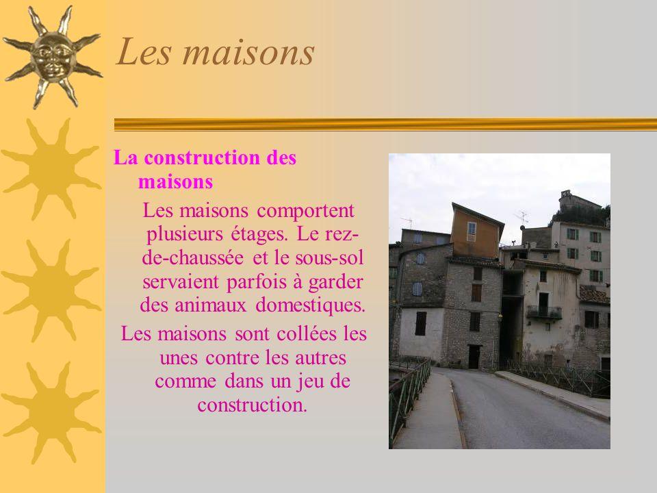 Les maisons La construction des maisons Les maisons comportent plusieurs étages.