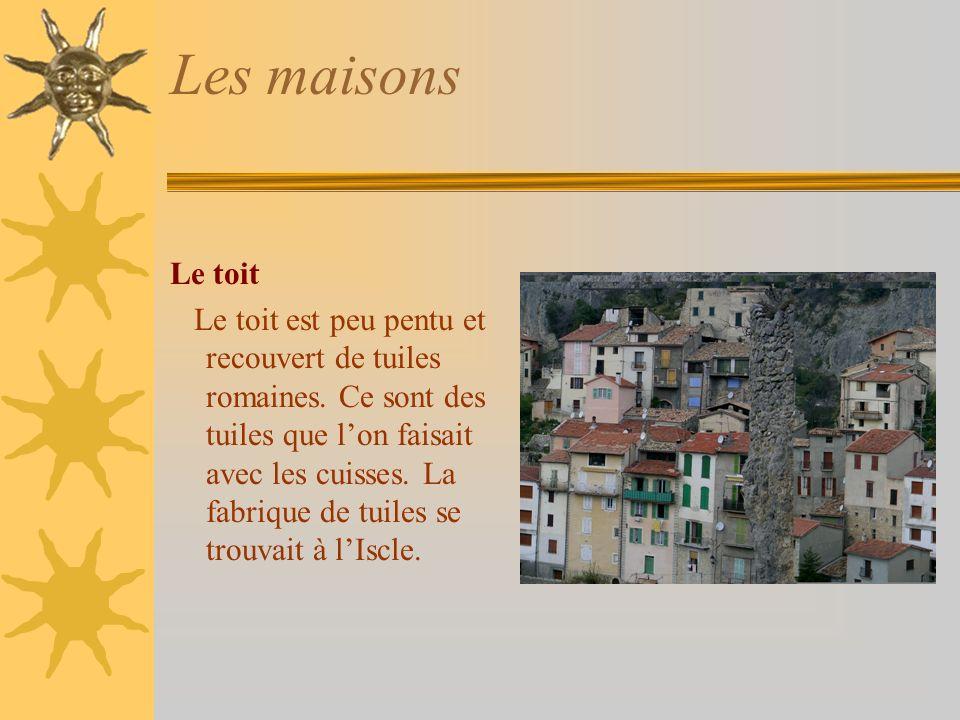 Les maisons Le toit Le toit est peu pentu et recouvert de tuiles romaines.
