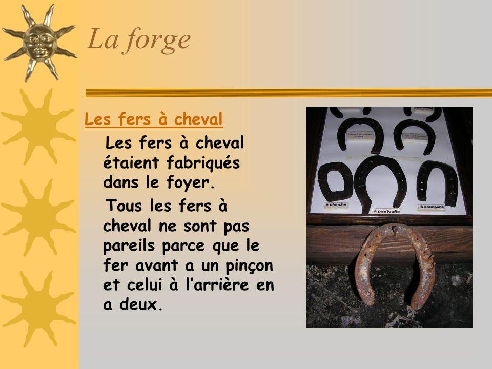 La forge Les fers à cheval Les fers à cheval étaient fabriqués dans le foyer.