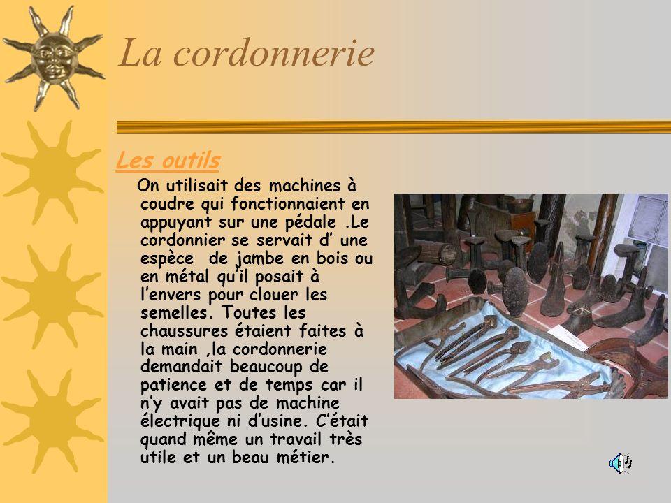 La cordonnerie Les outils On utilisait des machines à coudre qui fonctionnaient en appuyant sur une pédale.Le cordonnier se servait d une espèce de jambe en bois ou en métal quil posait à lenvers pour clouer les semelles.