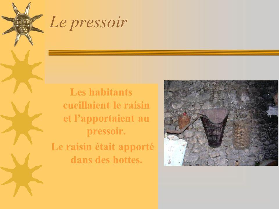 Le pressoir Les habitants cueillaient le raisin et lapportaient au pressoir.