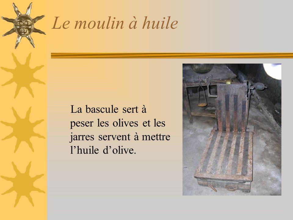 Le moulin à huile La bascule sert à peser les olives et les jarres servent à mettre lhuile dolive.