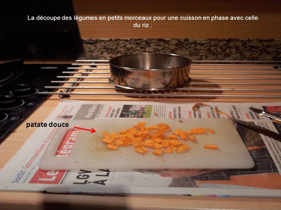 patate douce La découpe des légumes en petits morceaux pour une cuisson en phase avec celle du riz.