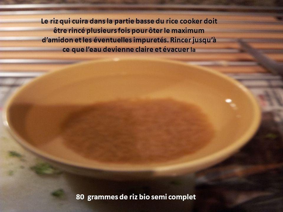 Le riz qui cuira dans la partie basse du rice cooker doit être rincé plusieurs fois pour ôter le maximum damidon et les éventuelles impuretés.