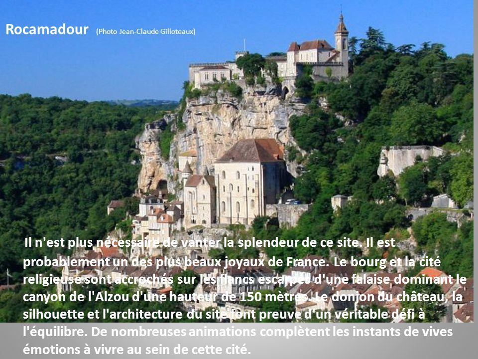 Montvalent (Photo Daniel Farinelle) Le village s'est développé sur un éperon rocheux et domine une plaine où coule la Dordogne. Le cirque de Montvalen