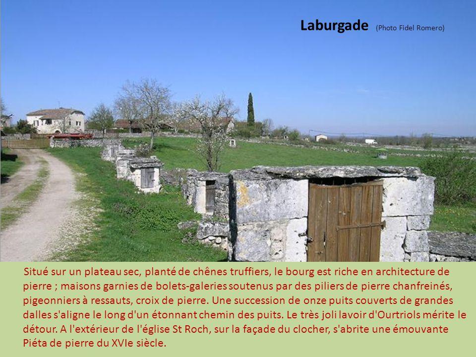 Laburgade (Photo Fidel Romero) Situé sur un plateau sec, planté de chênes truffiers, le bourg est riche en architecture de pierre ; maisons garnies de bolets-galeries soutenus par des piliers de pierre chanfreinés, pigeonniers à ressauts, croix de pierre.