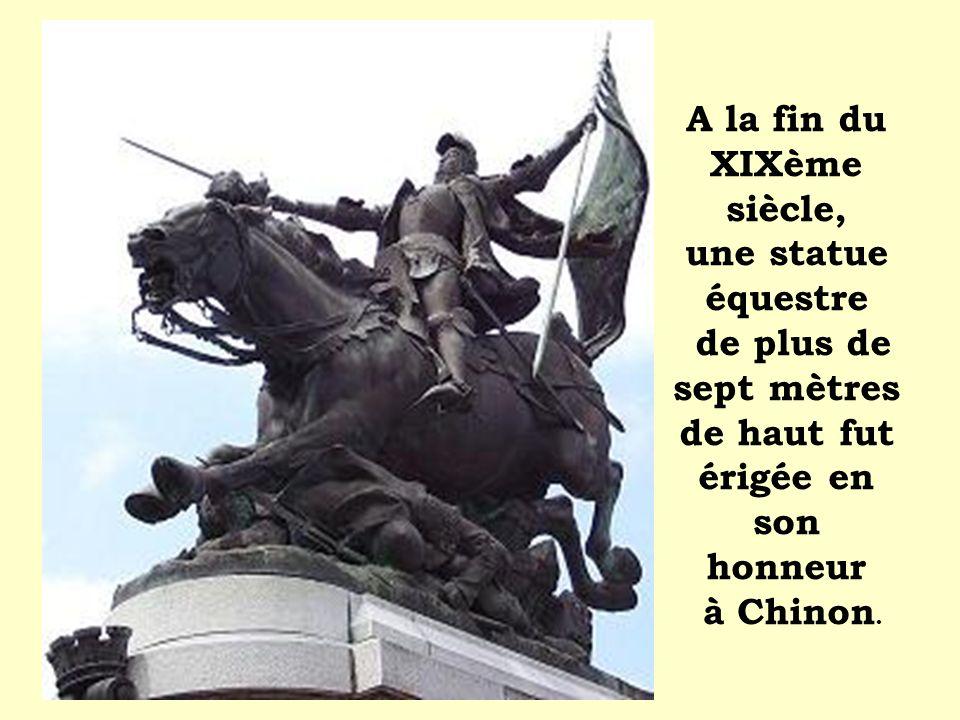 A la fin du XIXème siècle, une statue équestre de plus de sept mètres de haut fut érigée en son honneur à Chinon.