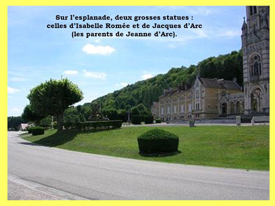 Sur lesplanade, deux grosses statues : celles dIsabelle Romée et de Jacques dArc (les parents de Jeanne dArc).