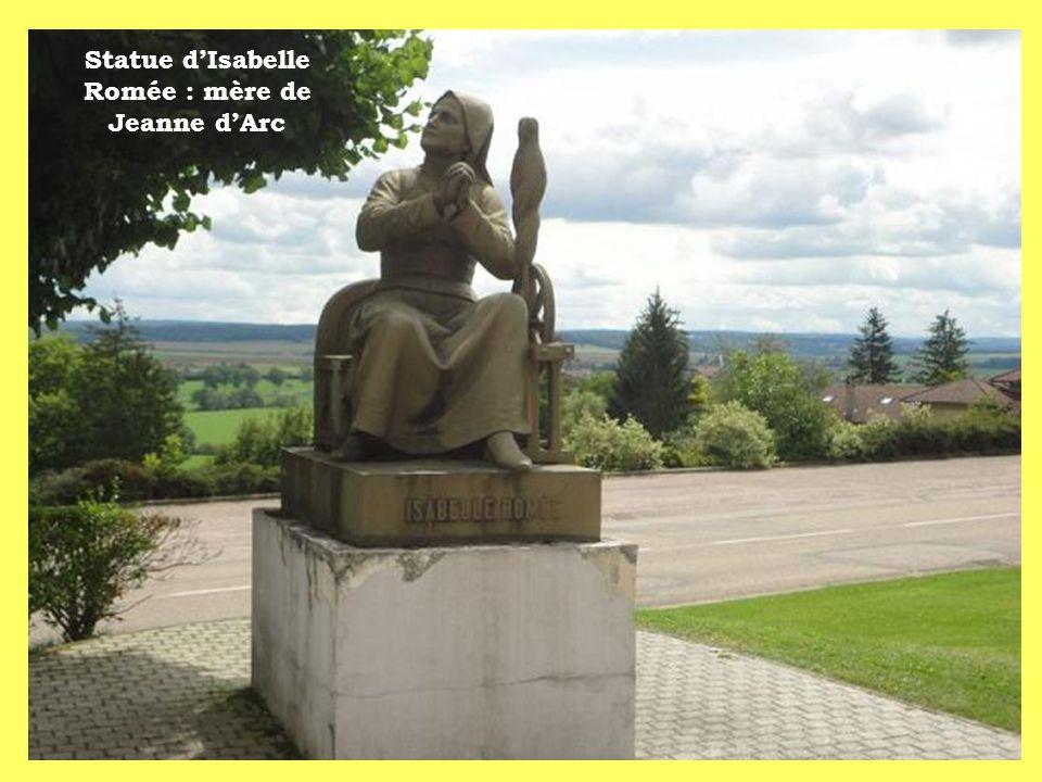 Statue dIsabelle Romée : mère de Jeanne dArc