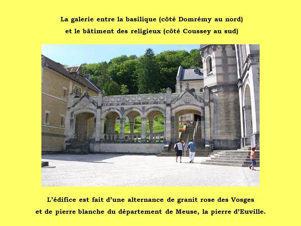La galerie entre la basilique (côté Domrémy au nord) et le bâtiment des religieux (côté Coussey au sud) Lédifice est fait dune alternance de granit ro